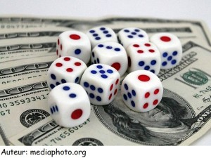 Dés_White_dices_and_US_Dollars